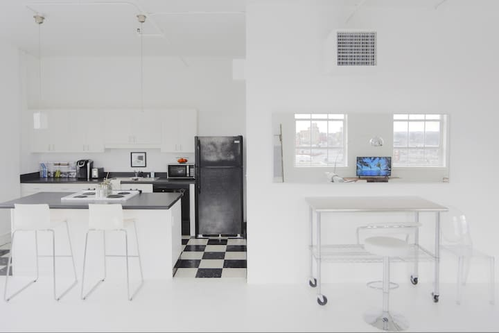 KITCHEN AND STAINLESS TABLE
