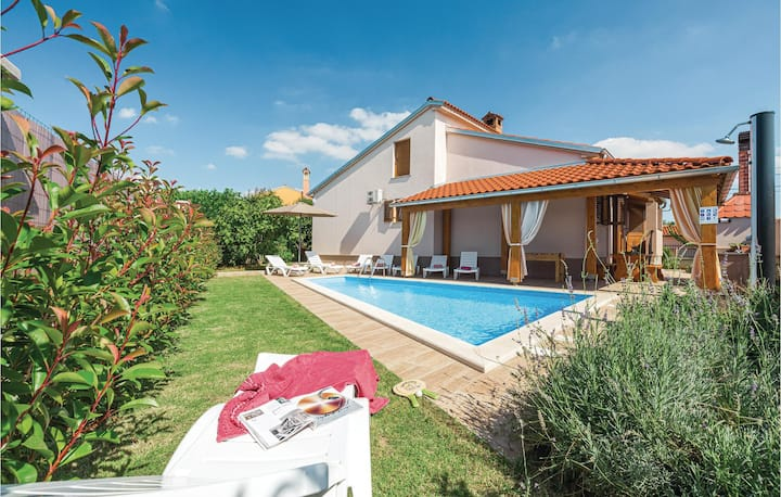 Beautiful home in Svetvincenat with Outdoor swimming pool, WiFi and Outdoor swimming pool