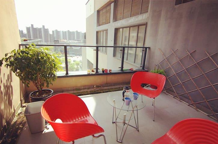 游站网红楼里的双卧室雅居,敞开式厨房餐厅客厅,麻将机电钢琴大露台烧烤炉,大院子可散步,上海11号地铁