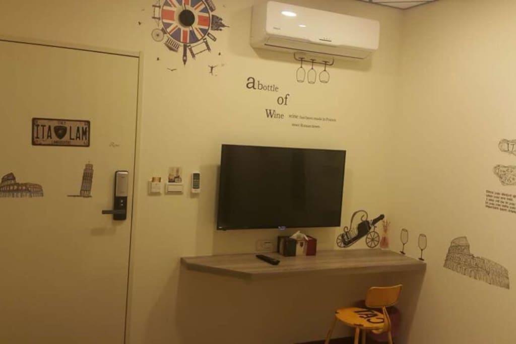 冷暖空調 ,43吋大電視 ,書寫 旅遊日誌之小 桌平台 ,造型衛生紙盒 ,安全防火房間門 ,電子式感應門鎖。
