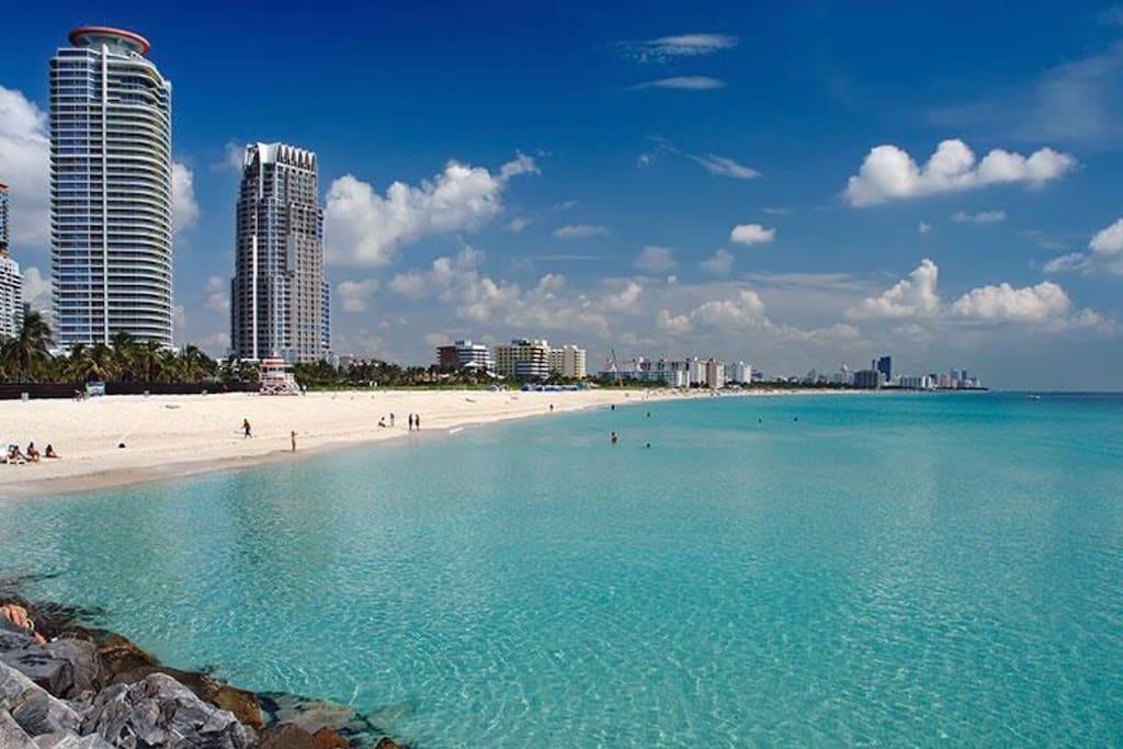 Este lugar está a tres minutos de Miami South Beach y en una ubicación estratégica. Siguiente Espaniola Way y Linclon Road. Mirando hacia adelante te veo. Gracias, Saludos Dina.