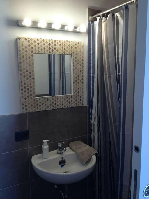Il bagno con doccia, lavandino e WC