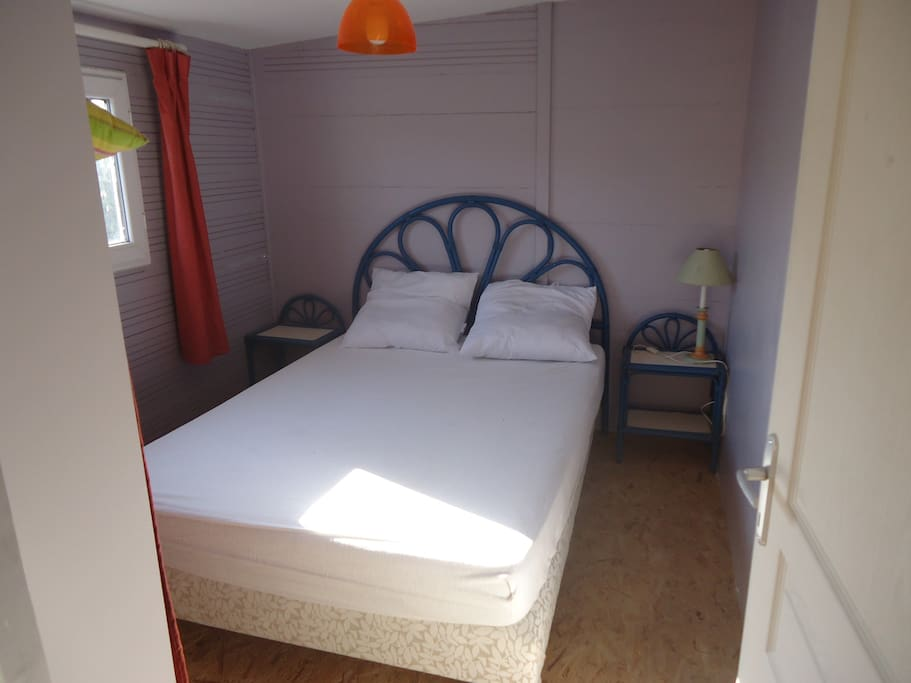 Chambre grand lit + placard penderie