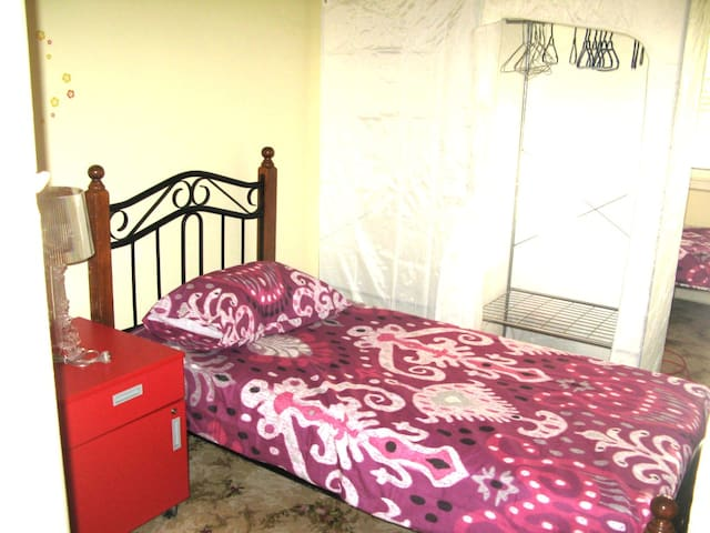 Twin Share Room for ONE FEMALE Guest on a Budget!
