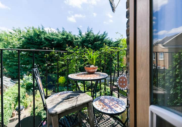 Luxury studio  dble ensuite glorious garden Ealing