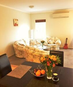 Clean and Homely Unit, 10Mins from CBD - Flemington
