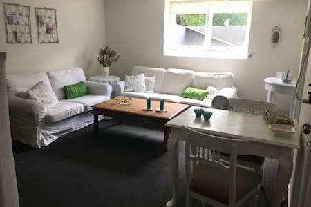 Stue, 2 soveværelser, lille køkken, bad og toilet. - Pis