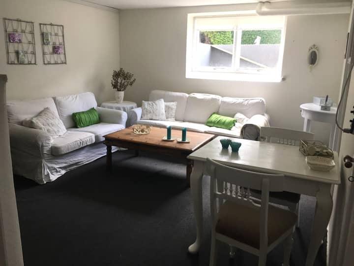 Stue, 2 soveværelser, lille køkken, bad og toilet.
