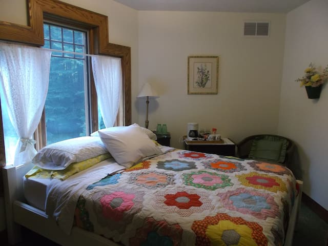 Grandma's Room, Oak Haven B&B on 30 acres of woods - Nashville - Bed & Breakfast