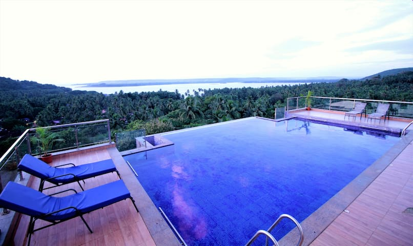 Temple View Suites   1200 Sq. ft.with Rooftop Pool
