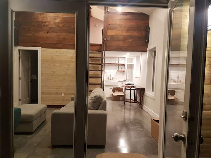 Contemporary loft 10 minutes from Downtown Vic