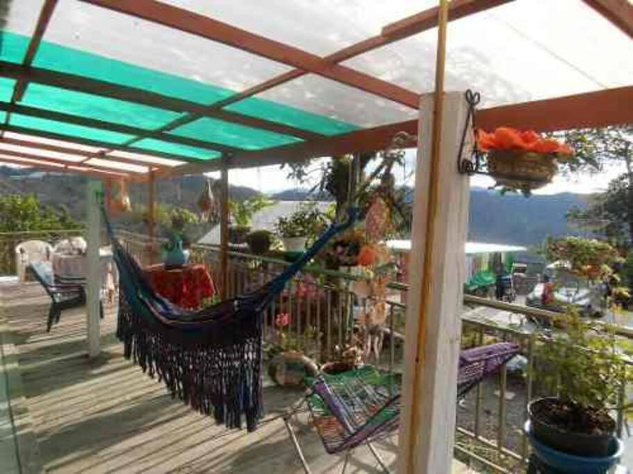 Terraza con hamaca, sillas, mecedora, máquina de ejercicios y juegos