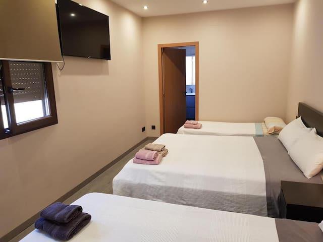 4 Habitación triple con baño privado.