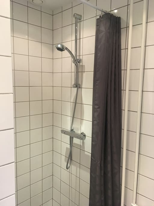 This is the shower. Here there is room enough so you don't feel crowded.