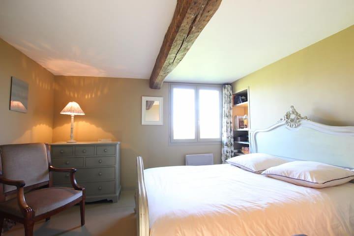 Une chambre côté jardin en rez-de-chaussée avec un lit deux personnes en 140