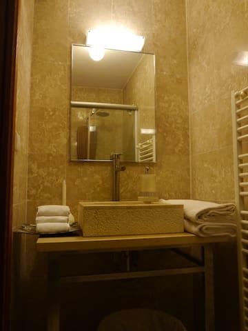 la salle de bain privative - the private bathroom