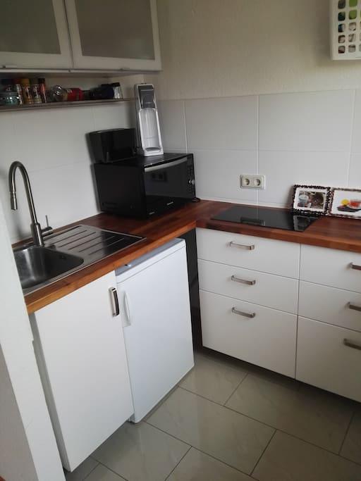 Neue, hochwertige Appartementküche mit Herd und Backofen