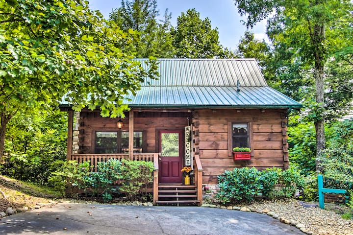 Romantic Gatlinburg Studio Cabin w/ Hot Tub & Deck