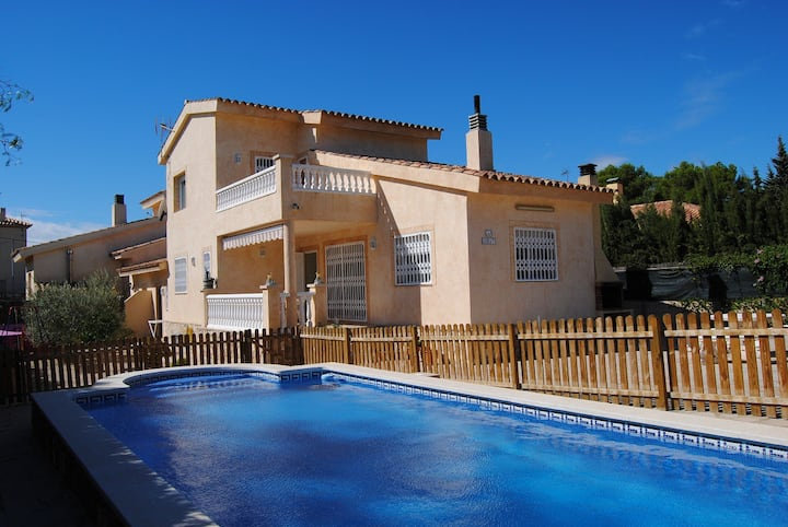 Villa con jardín y piscina privada