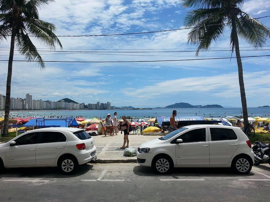 Saída do prédio e chegada à praia