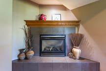 Thermostatically controlled gas fireplace