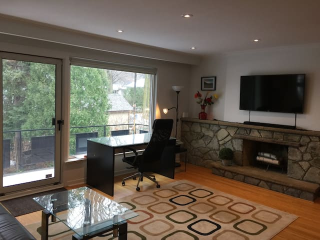 Modern 2-Bedroom suite, by Pearson Airport!