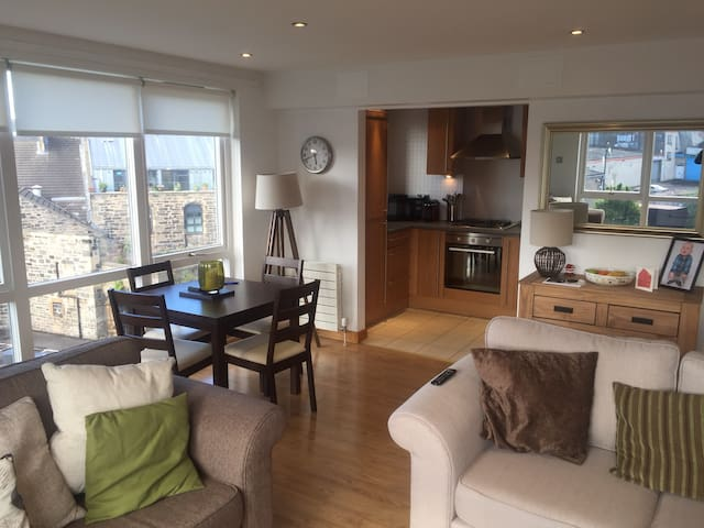 Bright,modern double bedroom -The Shore, Edinburgh
