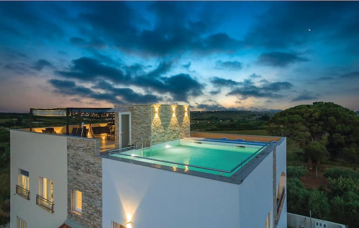 Villa with rooftop pool for 12 guests, Zadar