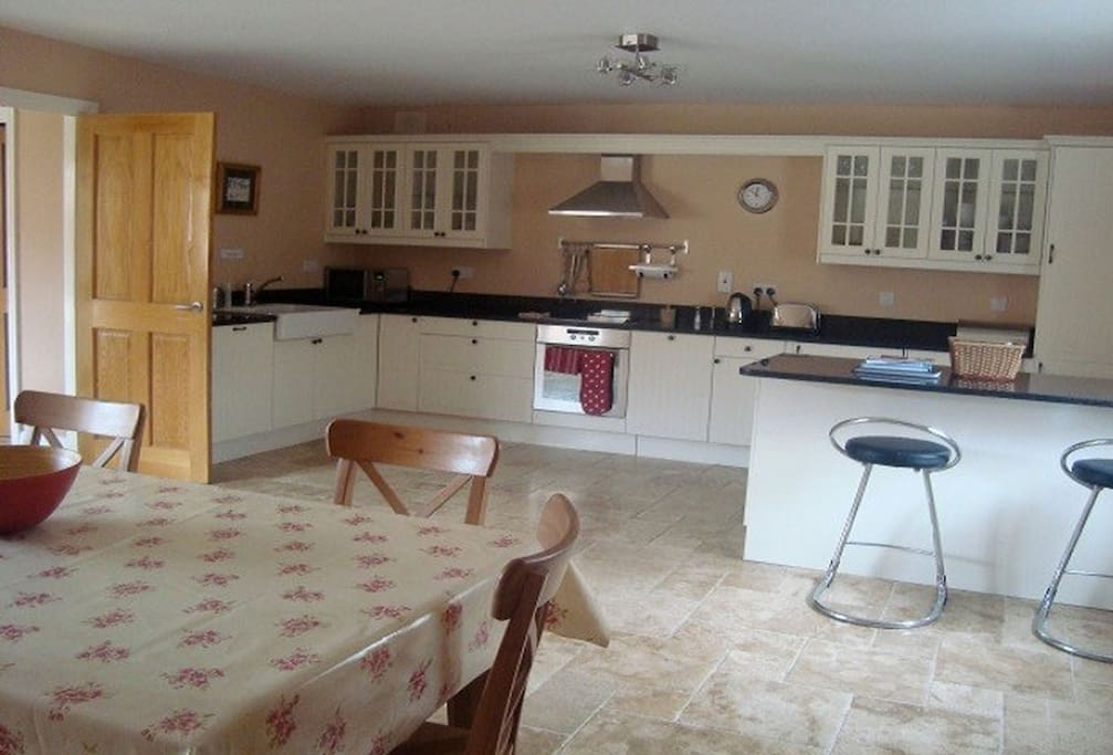 Ground floor: Fully fitted kitchen/dining room