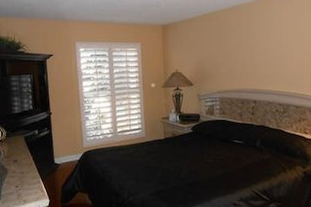 Bed space in clean and charming apt - Culver City