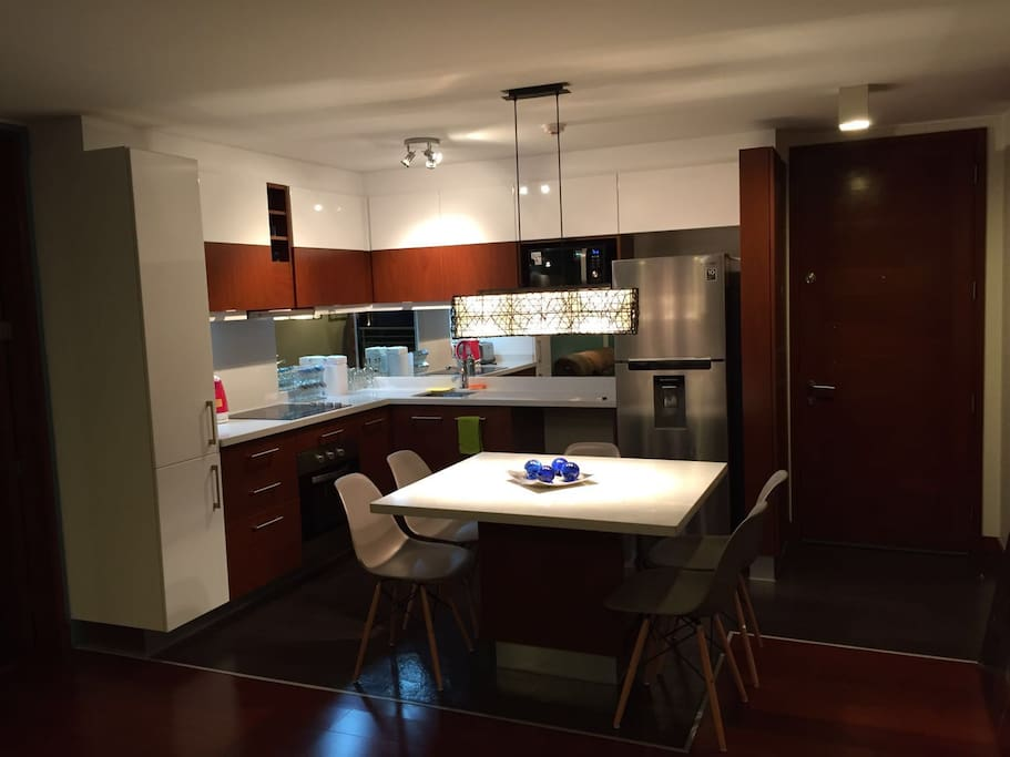 Modern kitchen and full equipped/ Cocina moderna y completamente equipada.