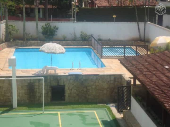 Apto Guarujá Enseada, 2 quartos e área de lazer.