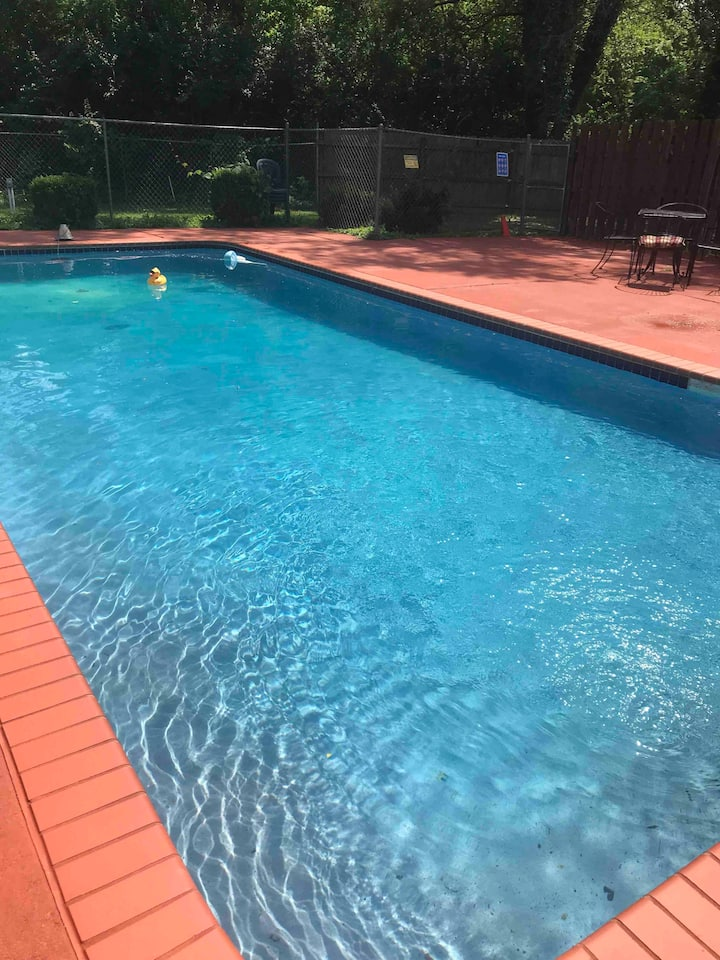 Quiet home with Pool.   ONLY 10 Min from Airport