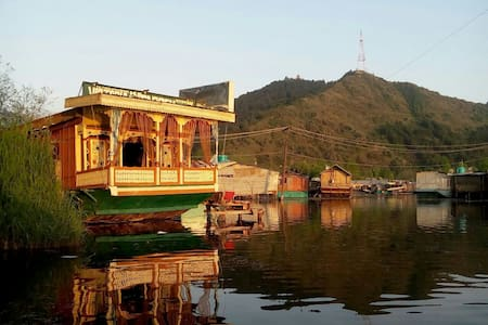 Cozy room in the house on the water - jammu and kashmir - Vene