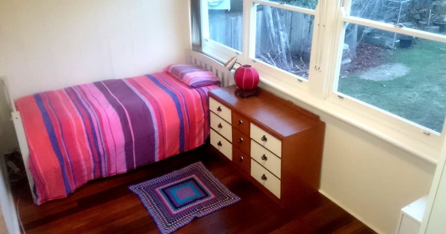 Asquith Walk to Station - King Single Bed
