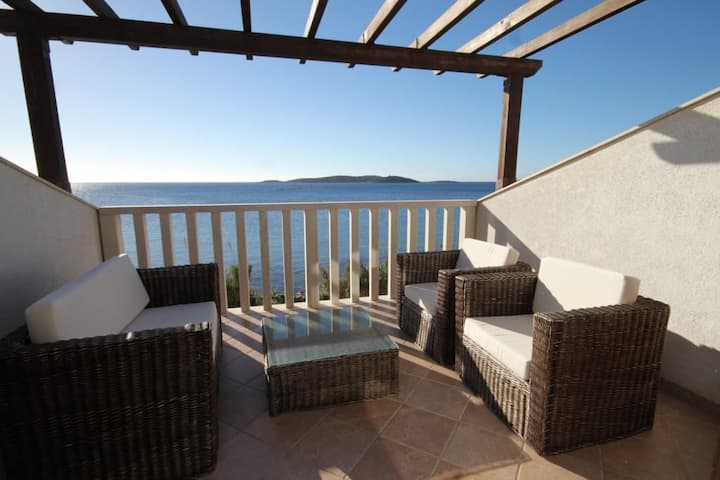 One bedroom apartment near beach Milna, Vis (A-8946-b)