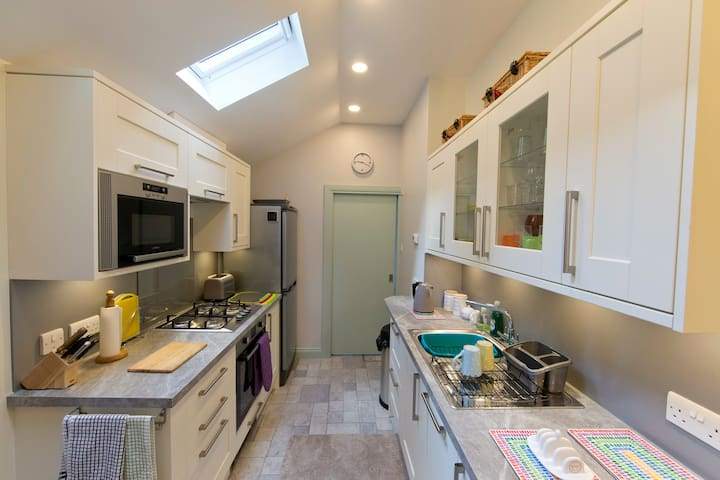 Fully Fitted Kitchen, with oven & Fridge