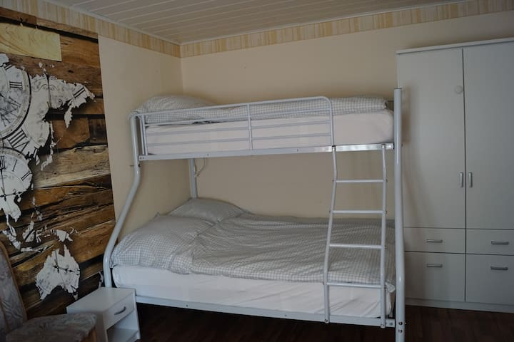 Etagenbett im Schlafzimmer im ersten Stock