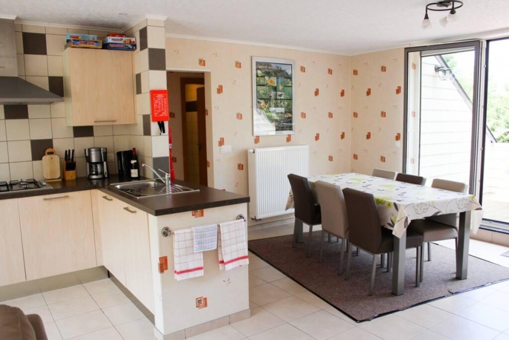 Goed uitgeruste keuken met eetplaats en salon
