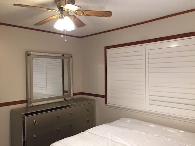 全新五斗带镜柜,全新木窗帘