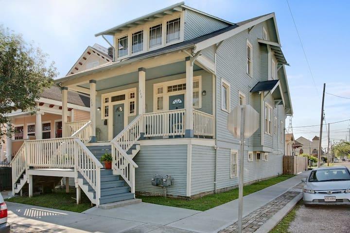 Oak St Magic, Beautiful Huge House, 10 min to FQ