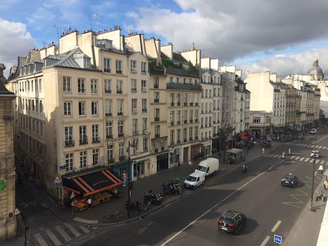 Room in the heart of Paris