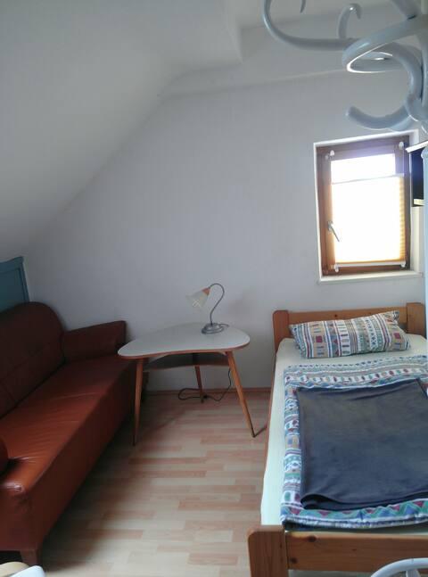 einfaches, ruhiges Zimmer