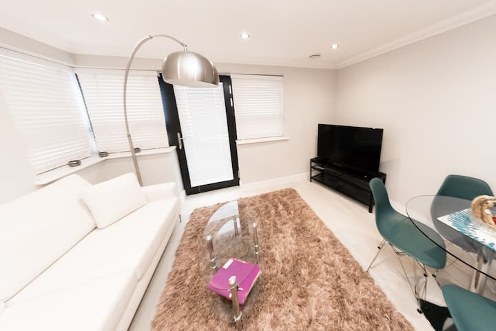 Luxury 2 Bed Apartment in Central Reading by KSA