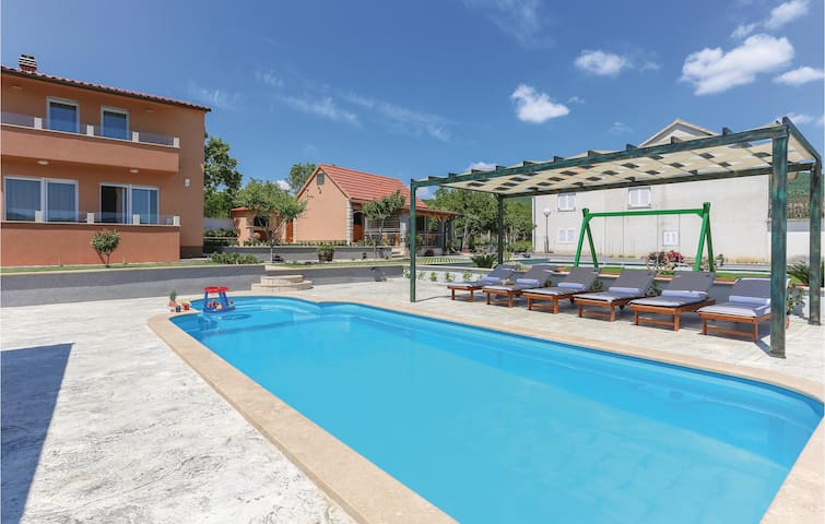 Holiday cottage with 3 bedrooms on 151 m² in Ugljane