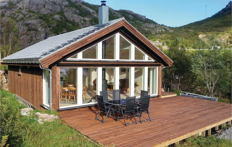 Holiday cottage with 2 bedrooms on 79m² in Bøstad