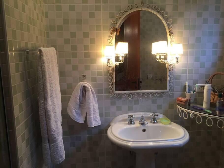 Banheiro suíte duas camas
