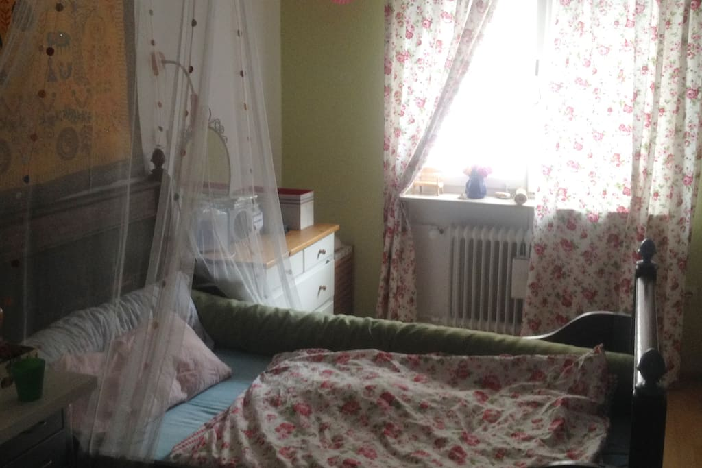 Romantisch eingerichtetes Zimmer mit antiquem französischen Bett