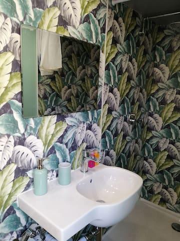 Bagno sul primo piano con lavandino... Bathroom on the first floor with lavabo...