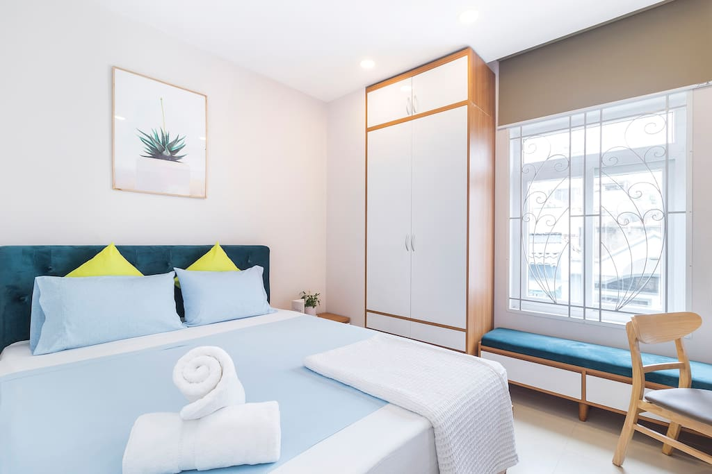 Cozy corner for a comfortable transit. Queen-size bed - Egyptian linens - Linum towels